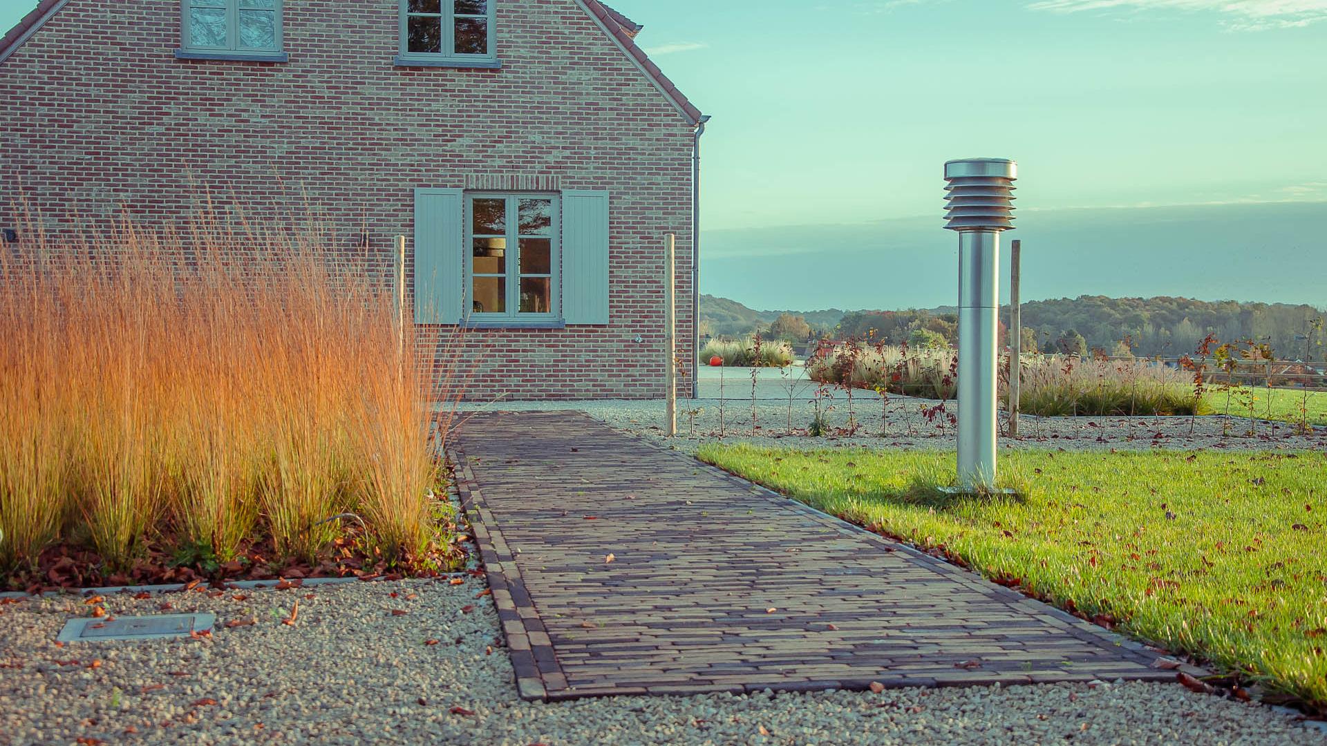 tuinverlichting, tuinpad, graspartij, heuvelwoning